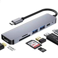 MacBook, projektör6-in-1 yerleştirme istasyonuType-C kulaklık adaptör kablosuna, 35 mm ses adaptörünü dinlemek ve şarj etmek için adaptör kablosuna bağlanır.