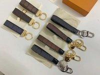 Chaîne de clé de haute qualité avec boîte Accessoires de luxe Boucle amoureux Car Keychain design fait à la main Cuir Porte-clés Hommes Femmes Sacs Pendentif 7 couleurs