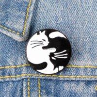 Yinyang 고양이 포옹 브로치 핀 사랑 귀여운 에나멜 동물 옷깃 핀 여성용 남자 탑 드레스 카지지 패션 쥬얼리 윌과 샌디