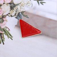 2021 Triangolo invertito lettera spilla primavera estate metallo europeo e americano vestito maglione maglione casual pin accessori consegna veloce