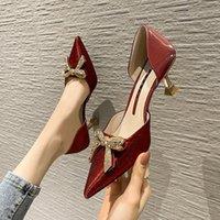Chaussures de mariage à talons à talons hauts de style de diamant de diamant à l'eau avec une extrémité pointue et sandales creuses de demoiselle d'honneur satiné