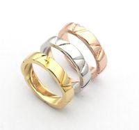 Europa américa estilo de moda anel homens senhora mulheres titânio aço gravado V iniciais volt multi anéis estreitos Q9O63A Tamanho US6-US9