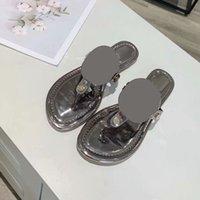 2021 Frauen Sandalen Aushöhlen Logo Flache Hausschuhe Sandal Nieten Girl Schuhe Arrivel Gelee Platform Slides Dame Flip Flops mit