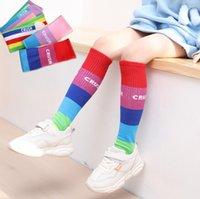 Мода дети радуги полоса носки для девочек письмо напечатано вязание колено высокая нога дети конфеты цвет хлопок дышащий повседневный носок Q0014