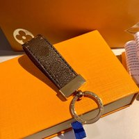 Venta al por mayor 2021 llave de lujo hebilla amantes del coche llavero hecho a mano diseñador de cuero llaveros hombres bolsas colgantes accesorios 10 colores
