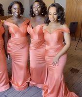 2021 Koralle Brautjungfer Kleider Afrika Meerjungfrau aus der Schulter Hochzeit Gästekleider Mädchen Ehrenkleid Günstige Satin lang Drapiert