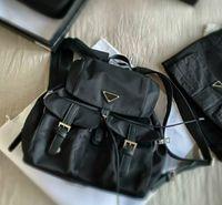 Unisex Luxo Schoold sacos designers mochilas pretas mochilas médias bolsas de ombro com bolsos com triângulo para as mulheres pd20092405