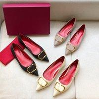 2021 Diseñador de lujo Zapatos de vestir puntiaguda punta v sandalias en forma de hebilla de metal solo stiletto negro cuero hueco sexy zapatillas con caja
