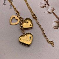 2021 Joyas extravagantes de alta calidad Moda Heart V Collar Collar Collar Acero Inoxidable Oro Plata Plateado Carta Flor Para Mujeres Mujeres Venta al Por Mayor