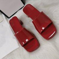 Coole farbe dicke ferien sandalen sommer frauen geprägte buchstabe logo dekorative sandalen umweltfreundliche klebstoff material weiche high heel