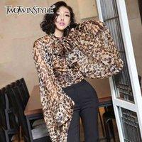Twotwinstyle Leopard Shirt Femenino de cardar con cordones de chifón Arco Linterna de manga de la blusa de gran tamaño para las mujeres de moda de verano Ropa sexy 210324