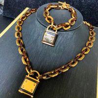 Collier designer Bijoux Femmes Hommes Lock Pendentif Custom Gold Chain Charms Glafe Out Sortie Afrique Mens Femme Mode Bijoux Résine Brocelets Colliers Set 2021