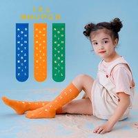 무료 DHL 6 색 아기 소년 소녀 편지 인쇄 양말 어린이 봄 가을 통기성 학교 아이들을위한 따뜻한 중간 튜브 양말을 유지합니다 패션 귀여운 스타킹 3-12Y