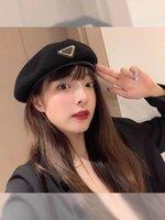 2021 USA Femmes Caps Caps Casual Retro Brand Bérets Badge Badge Populaire Triangle inversé Importé Personnalité Tissu de laine Street Punk Style Hiver Chapeau chaleureux