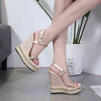 Niufuni Gold Ladies Sandals Platform Женская обувь Летние Высокие каблуки Стеклоподъемники Чауссуры Femme Заклепки клинья 210619 6CZ1x8LU