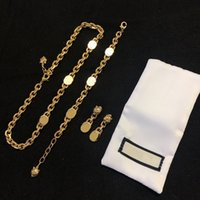 أعلى تصميم الأزياء إلكتروني سوار المرأة هدية مجموعة جودة عالية الذهب مطلي قلادة أقراط مجوهرات العرض
