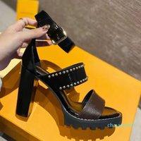 2021 Frauen Leder Sandalen Sternspur Designer Dame Knöchel Strap Bolzen Schnalle Brief Gedruckt Chunky Ferse Tritt Gummi-Außensohle Sandale