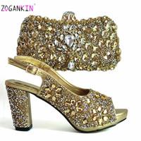 Elegante Damen passende Schuhe und Tasche in goldener Farbe schmücken Sie mit Strass hoher Qualität, um sich für das Partykleid zu stimmen