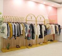 Perchas estanterías de exhibición dorada para ropa en la tienda de ropa de Zhongdao, tienda de mujeres con personalidad de aterrizaje