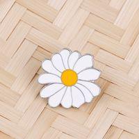 Carino distintivo in metallo bianco margherita fiore primavera tempo primavera di Pasqua smalto a risvolto pin spille donne ragazze bambini 638 T2
