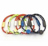 Europa américa estilo moda homens homens senhora mulheres titânio aço colorido corda de nylon pull-out pulseira com v iniciais quadrados charme
