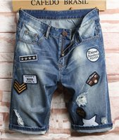 Männer Designer Ripped Jeans Abzeichen Aufkleber Blau Denim Shorts Herren Sommer Stretchy Slim Fit Beunruhigte Casual Retro Große Größe WASHED MOTO LOCH BIKER Hosen 1703