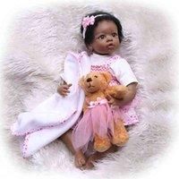 Le bambole nere americane presentano regali popolari per i bambini simulati degli stranieri