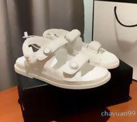 Multi Colors Preto Branco Mágico Vara De Couro De Couro Sandálias Luxo Mulheres Fashion Channel Shoes Tamanho 34-40 2021