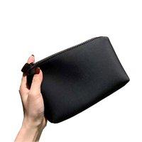 2021 أحدث هدية vip جيدة اليد شعور شعار ماكياج حقيبة الشفاه مخلب حامل السفر أدوات الزينة الأزياء والأكياس التخزين مع مربع C25