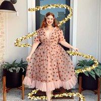 2021 Elegante Rosa Rosa Sexy V-Ausschnitt Erdbeer Mesh Patchwork Plissee Langarm 2021 Frauen Kleider Sommer Böhmischen Rüschen Chiffon Maxi Kleid Designer Runway Dress