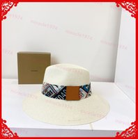 2021 고품질 평면 장착 모자 와이드 브림 여성 디자이너 밀짚 양동이 모자 해변 여름 모자 모자 패션 햇볕을 쬐 인 밟는 망 보닛 비니 니 타트 casquette