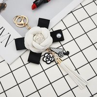 Keychains Delicate Luxury Black Camellia Genuine Leather Flower Keychain Letter Umbrella Pendant Car Key Chain Ring For Bag