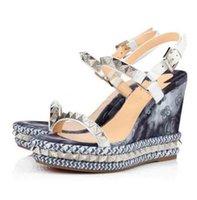Дизайнерские женские тапочки Calfskin Studded Wedge Sandal кожаные кожаные каблуки на платформе Сандалии летний пляж Сексуальная высокая каблука мода заклепки обувь с коробкой