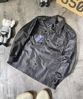 21Ss män Kvinnor Designers Tee Tee Metal Triangle Nylon Tooling Shirt Man Fashion Streetwear Luxurys Svart S-XL