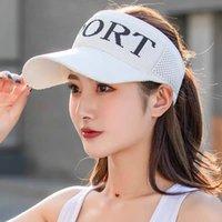 Neue leere obere weibliche frau draußen im frühlings- und sommer sonnenhut strickknickbuchstaben Baseballkappe wird in der Han-Ausgabe von Bask verhindert