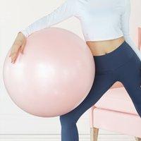 Mulher grávida de engrossamento da aptidão Iatable para a esfera do equilíbrio do exercício da entrega da ioga de Midwifery