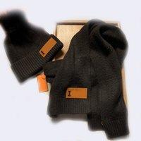 Trendy gestreifter Jacquard-Schal-Leder-Briefmuster-Hut Unisex-Schals-Beanie-Sets mit Pelzball
