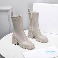 2021 Mulheres Designer Betty Borracha Botas Botas de Bloqueio Square Square Toe PVC Bota de Couro Estilo Mulher Sapatos Tênis 35-40