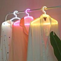 LED Neon Light Sign Ropa Ropa Soporte USB Perched Perchas Lámpara de noche para el dormitorio Home Body Clothing Store Art Wall Decor Regalo de Navidad