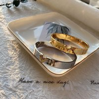 고품질 티타늄 스틸 팔찌 여성 사랑 디자이너 팔찌 실버 로즈 골드 Bangles V 편지 컬러 좁은 팔찌 패션 쥬얼리 레이디 파티 선물
