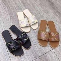 مصمم الصنادل النسائية النعال الصيف شاطئ داخلي الأحذية المسطحة مصمم النساء الكلاسيكية