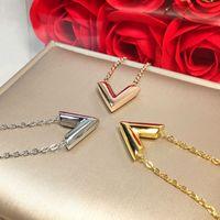 Ne jamais s'effondrer 3 couleurs en acier inoxydable collier d'or v lettre pendentif style classique de style concepteur Colliers amour femmes bijoux en gros