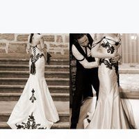 Vintage 2019 Gothic Wedding Dresses Black and White Sweetheart Sleeveless Mermaid Lace Appliqued Corset Bridal Gowns with Beading