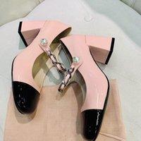 Патентные кожи насосы насосы женские ментальные цепные жемчужные кнопки декор пряжки круглые ноги квадратные каблуки 6,5 см 2021 обувь платье