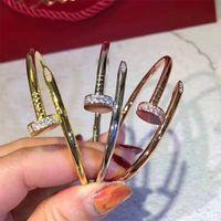 로고 럭셔리 팔찌 여성 스테인레스 스틸 커프 팔찌 손에 손톱을 엽니 다 손톱 소녀 액세서리 도매 유럽과 미국에 대 한 크리스마스 선물