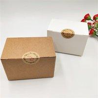 Regalo Wrap 50pcs / lot Artigianato Carta Kraft Cuboid Scatole quadrate per ragazze Piccole bambola adorabili regali di imballaggio Contenitore con adesivi