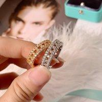 2021 Lussurys Designer ha scavato la griglia a t-grid anello diamante moda classica moda versatile regalo essenziale per gli uomini donne in oro e argento 2 colori buono
