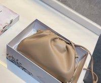 2021 Calidad superior La bolsa Bolsa de pantalones de pantalones grandes suaves Bolsas de embrague de cuero genuino Famosa de Desinger Manda Mano Moda Moda Mujer Nube Bolsa
