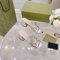 2021 Diseñador Mujer Sandalias Horsebit Horse Tonos de oro Tacones Altos Moda Square Toe Slippers Bombas de cuero Blanco Blanco Vestido al aire libre Sandalia Zapatos casuales con caja