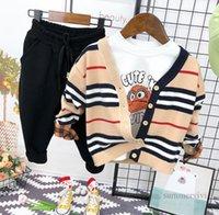 Designer Barnkläder Ställer Boys Stripe Stickad Sweater Cardigan + Vitskjorta + Tecknad Broderi Byxor 3st Höstbarn Outfits Q1999